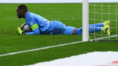 Photo of Mandanda supported by OM supporters